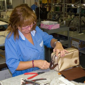 How to assemble leather handbags